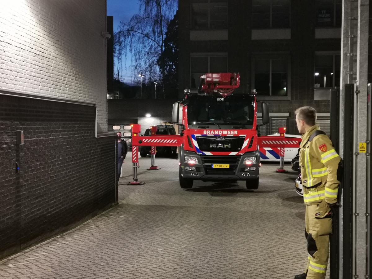 Hulpdiensten hebben aan de Breelaan in Ede een verwarde man van het politiebureau gehaald. De man raakte gewond.