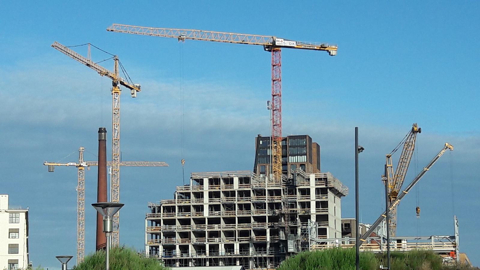 Bouwkranen domineren het beeld van Strijp-S in Eindhoven op dit moment.