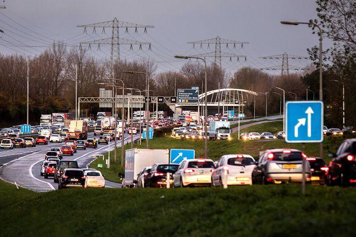 Drukte op de snelweg richting Rotterdam. Een aanrijding op de A16 resulteerde tot lange files naar de stad.