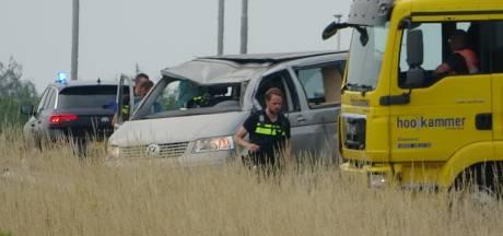 Camperbus slaat over de kop op A28: twee gewonden