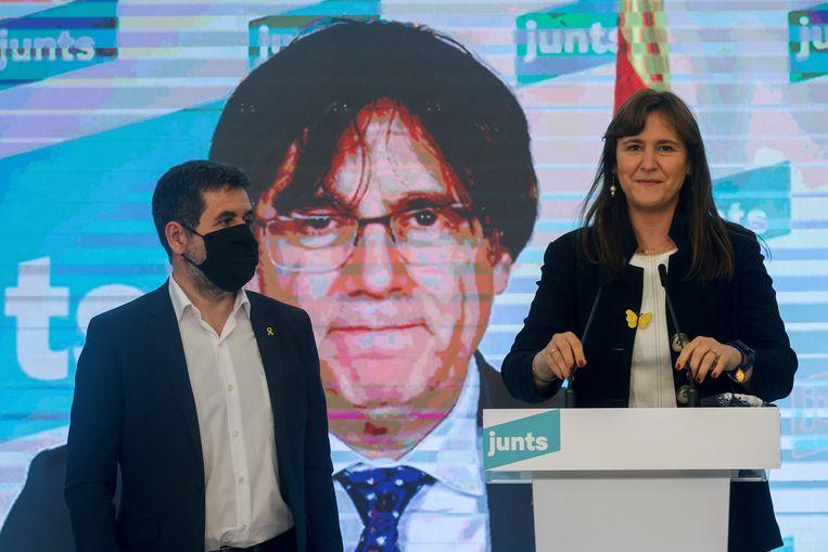 Laura Borras, leider van de pro-onafhankelijkheid partij Junts per Catalunya (Samen voor Catalonië), met de verbannen leider Carles Puigdemont op de achtergrond. Beeld EPA