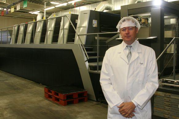 Zaakvoerder Tom Ducaju aan een van de drukmachines van Ducaju in de industriezone van Erpe-Mere.