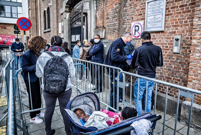 Nieuwkomers schuiven aan bij een centrum van Fedasil in Brussel.  Beeld Tim Dirven
