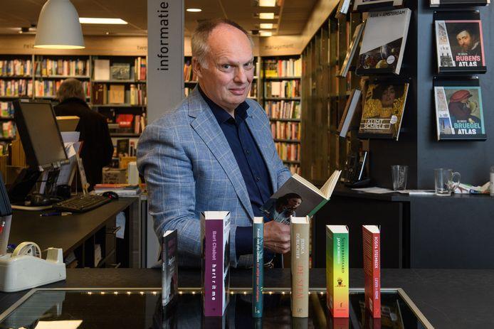 Kees Schafrat met de nieuwe oogst van Nederlandse schrijvers die in de Boekenweek naar zijn boekwinkels komen.