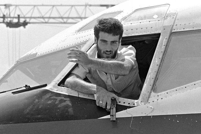 Een van de Libanese gijzelnemers van TWA-vlucht 847 op 19 juni 1985.  Beeld AFP