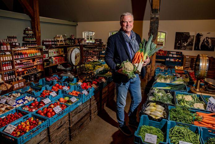 Anton van der Kamp showt bij Horstink streekproducten die hij in Oost-Nederland gaat leveren als groothandel.