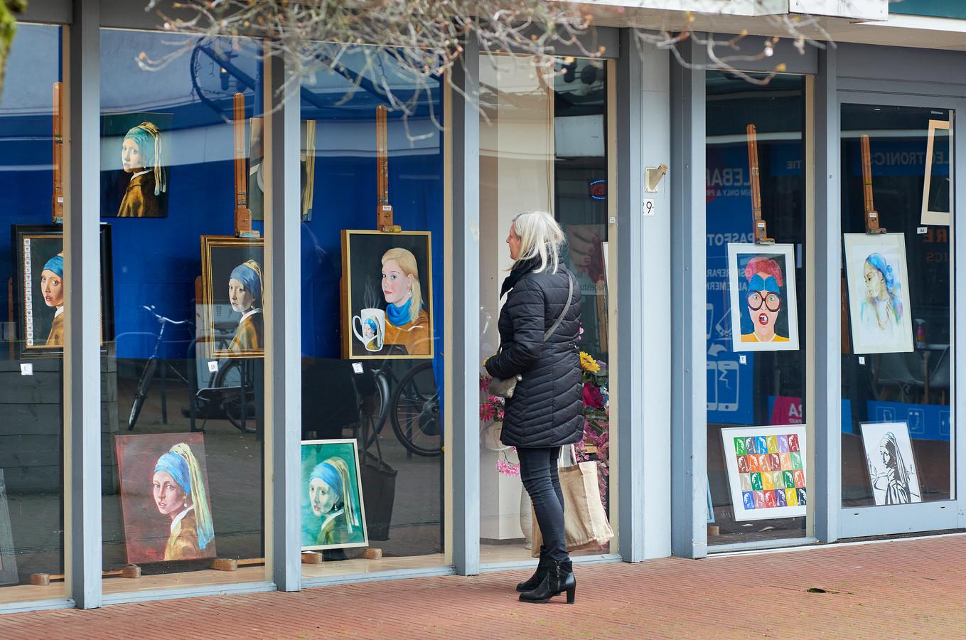 Schilderijen van het meisje met de parel in een lege winkel aan de Meijerijgaarde in Veghel.