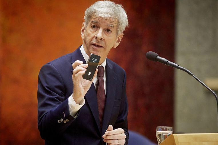 Minister Plasterk met zijn eigen telefoon, vorig jaar in de Kamer. Beeld anp
