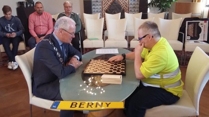 Burgemeester Peter Maas moet het afleggen tegen Berny Salden bij hun langverwachte damwedstrijd.