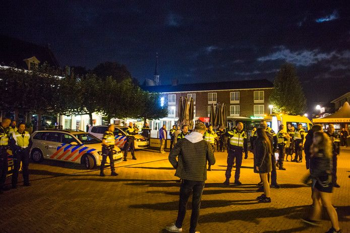 Politie op het Simonsplein als de gemoederen bedaard zijn.