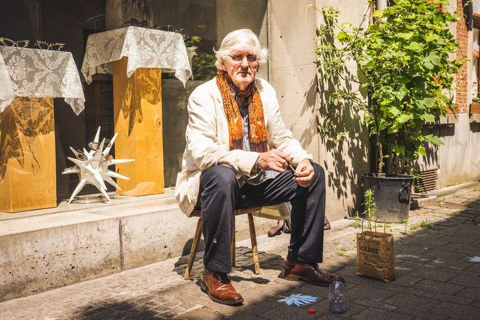 Frank Liefooghe aan het werk: lotusbloemen in de Bennesteeg