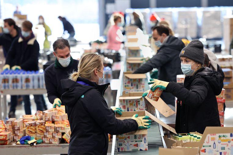 Honderden medewerkers van Unilever pakken in Rotterdam Ahoy kerstpakketten in voor de voedselbanken in Nederland.  Beeld Arie Kievit