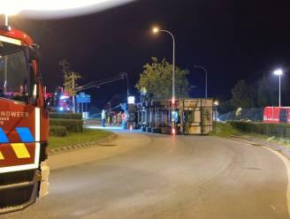Franse trucker kantelt in Geluveld: rotonde ligt bezaaid met 30 ton erwten