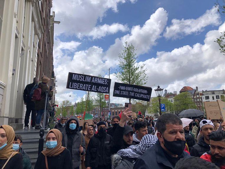 Demonstranten op het Rokin. Beeld Anna Herter