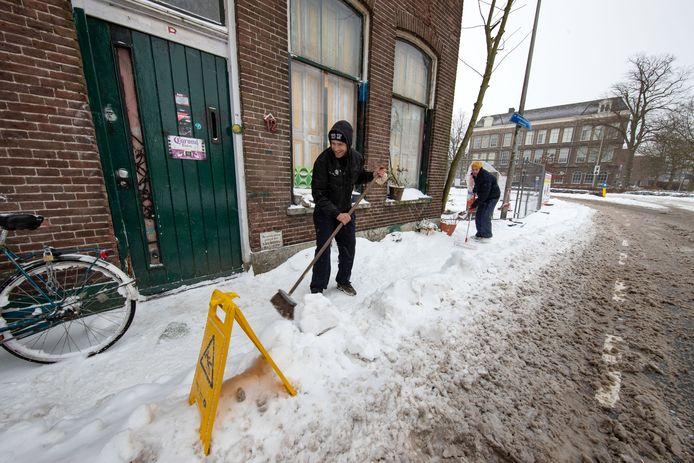 Kraakpand aan de Boven Havenstraat naast de voormalige 'Kamper Glashandel'.  Jeroen (l) en hoofdbewoner Raoul vegen hun straatje schoon.
