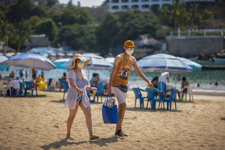Toeristen op het strand in Acapulco, Mexico.  Beeld Getty Images