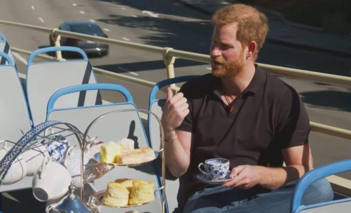 Prins Harry houdt 'high tea' op een toerbus.