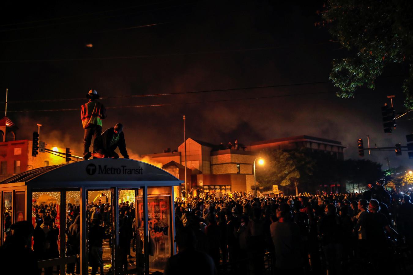 Op meerdere plekken brand is gesticht.
