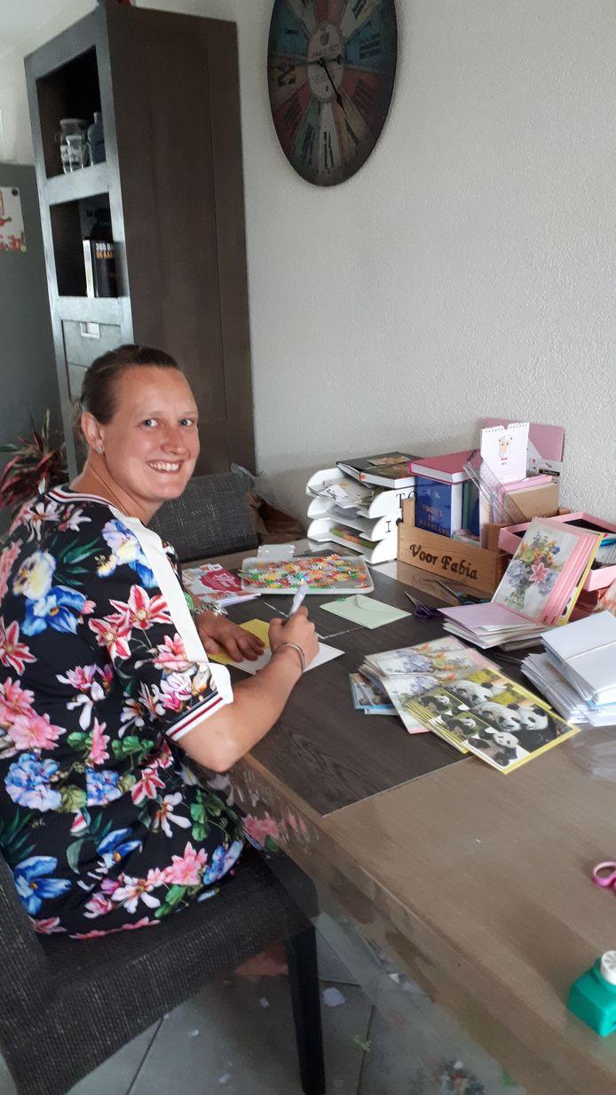 Fabia Mosterd schreef al bijna 4000 kaartjes voor eenzame ouderen in verzorgingshuizen in de regio.