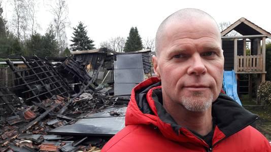 Renko Fiks van Roparun-team Maak een Vuist bij de verkoolde veranda van zijn teamgenoot uit Halsteren. Daar brak brand uit toen de ploeggenoten oliebollen wilden gaan bakken voor het goede doel.