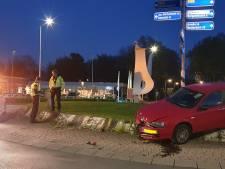 Automobilist rijdt recht over rotonde en slaat op de vlucht