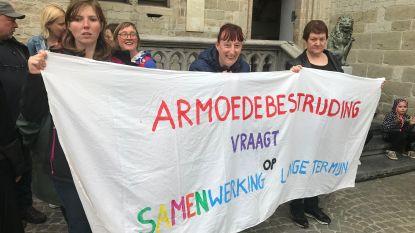 Sociale organisaties protesteren aan de gemeenteraad