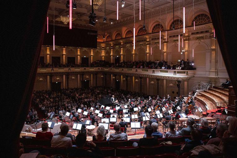 Het Concertgebouw mocht voor het eerst sinds de pandemie weer 800 bezoekers toelaten voor een concert met meesterpianist Yuja Wang en het Orchestre Philharmonique du Luxembourg onder leiding van Gustavo Gimeno. Beeld ANP/Ramon van Flymen