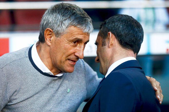 Quique Setién, toen coach van Betis, met zijn voorganger Ernesto Valverde bij FC Barcelona.