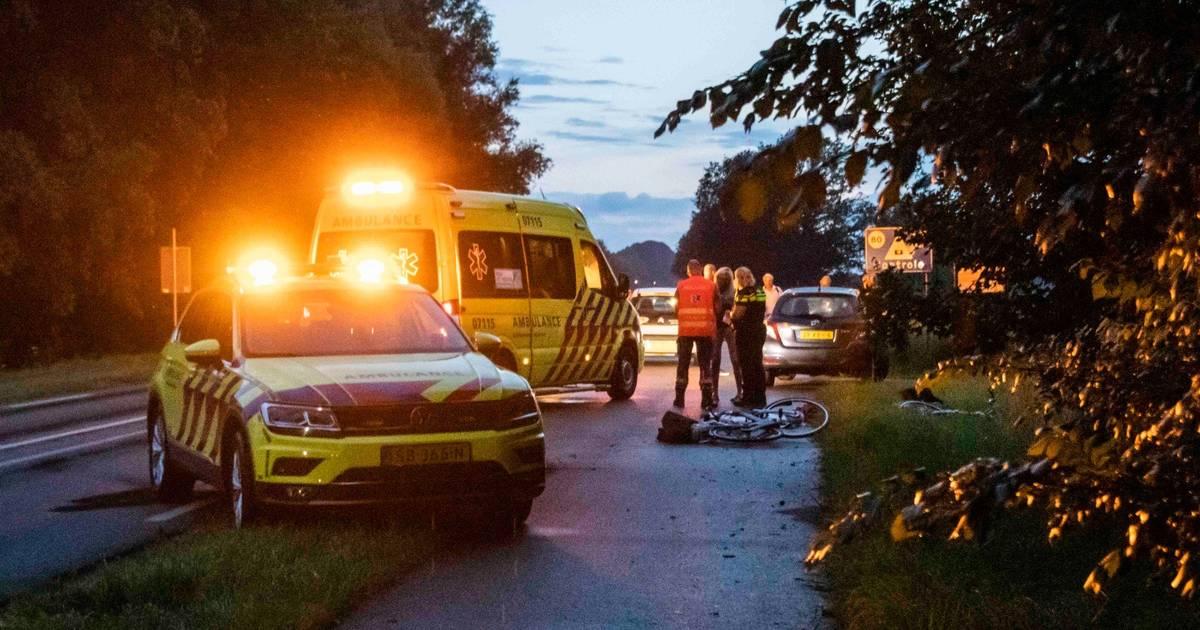 Tweetal steekt donkere weg over: fietser gewond door aanrijding.