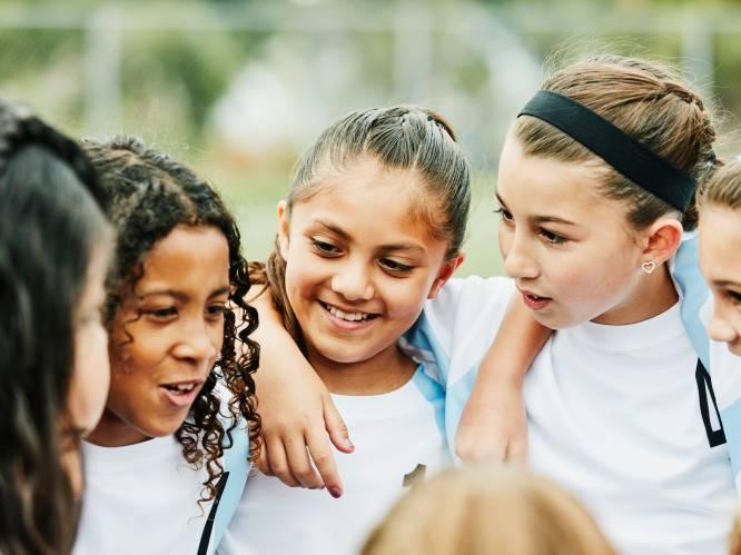 """Week tegen Pesten: wat bepaalt of je kind populair is op school en hoe kan je als ouder daarbij helpen? """"Laat je kind al vroeg zijn sociale vaardigheden oefenen"""""""