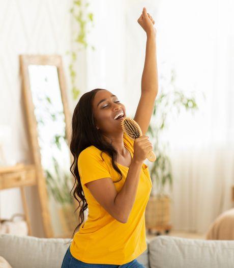 Waarom meezingen met de radio gezond is: 'Even niet nadenken of piekeren'