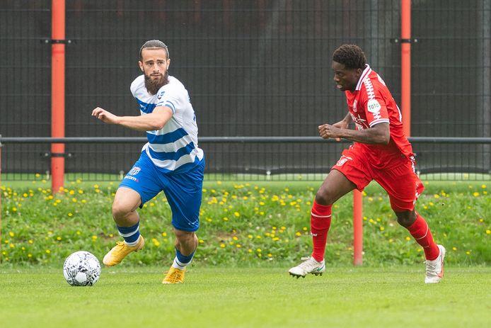 Destan Bajselmani trof in Queensy Menig een pittige tegenstander tijdens het oefenduel van PEC Zwolle bij FC Twente (0-1 verlies).