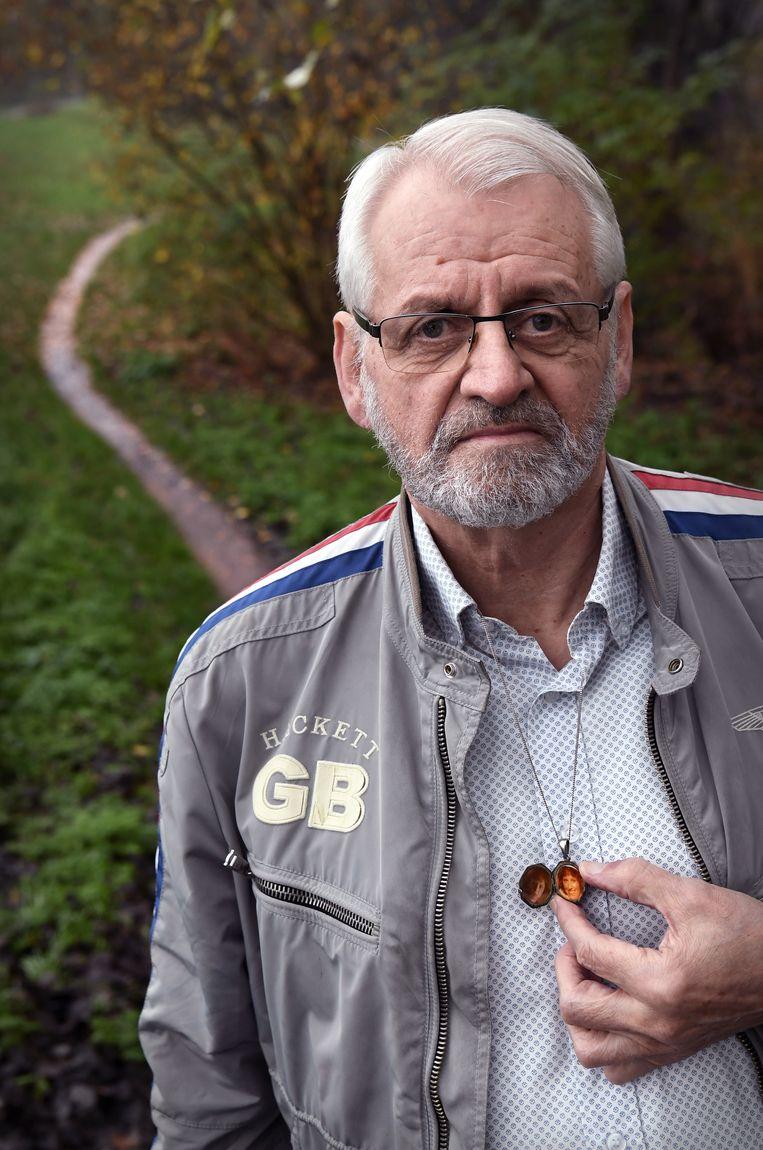 Wim van Dijk met medaillon, met daarin een foto van zijn overleden vrouw. Beeld Marcel van den Bergh