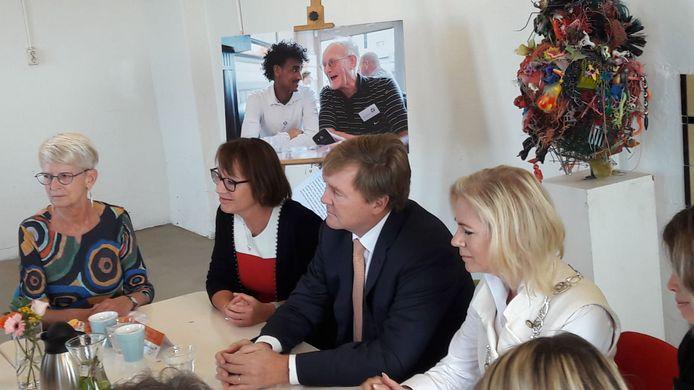 De koning verraste de vrijwilligers van Buddy to Buddy in Zutphen met een bezoek. Ook burgemeester Annemieke Vermeulen schoof aan bij het gesprek.