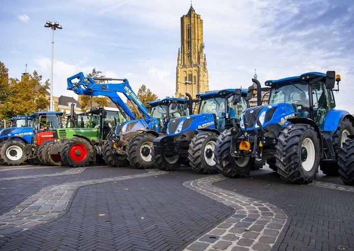Boeren demonstreren bij het provinciehuis van Gelderland.