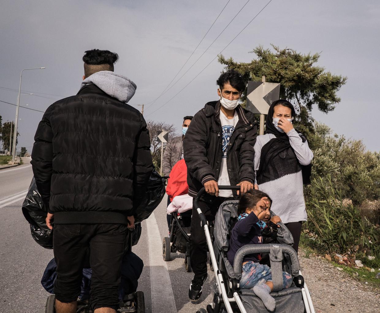 Vluchtelingen uit Afghanistan maken een wandeling buiten het nieuwe kamp Moria op het Griekse eiland Lesbos. Beeld Nicola Zolin