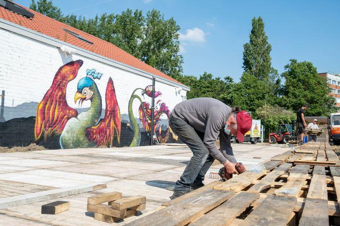 TERHAGEN De opbouw van zomercafé Rupel aan het museum Rupelklei is volop aan de gang.