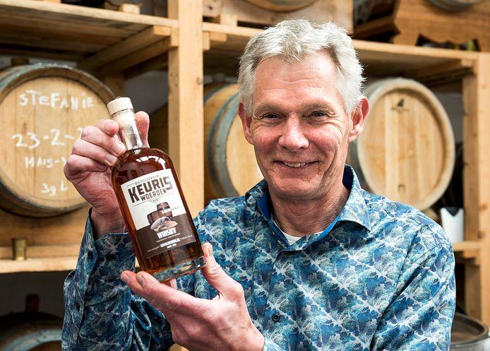 John Keuris in zijn distilleerderij waar hij single malt whisky stookt.