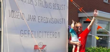Een spandoek in de tuin van Emmen-doelman Telgenkamp in Wierden