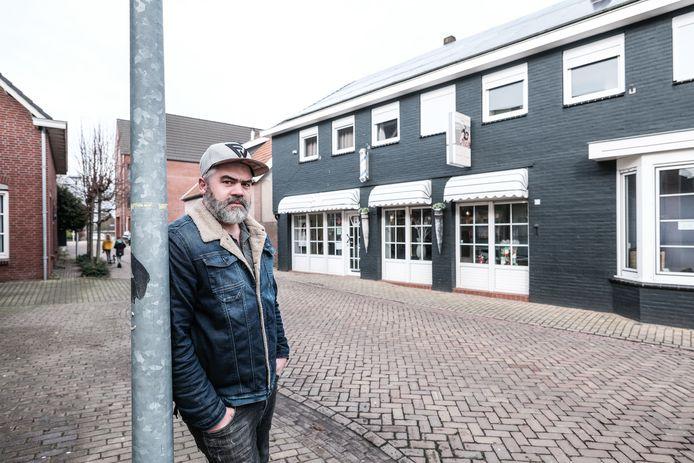 Kapper Kai Verheij bij zijn gesloten zaak in Lobith, nabij de grens met Duitsland.
