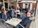 Veel bekende gezichten op de Leuvense terrassen. Onze fotograaf bracht hun terrasvreugde in beeld.