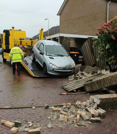 Automobilist rijdt muur en schutting omver in Rijssen