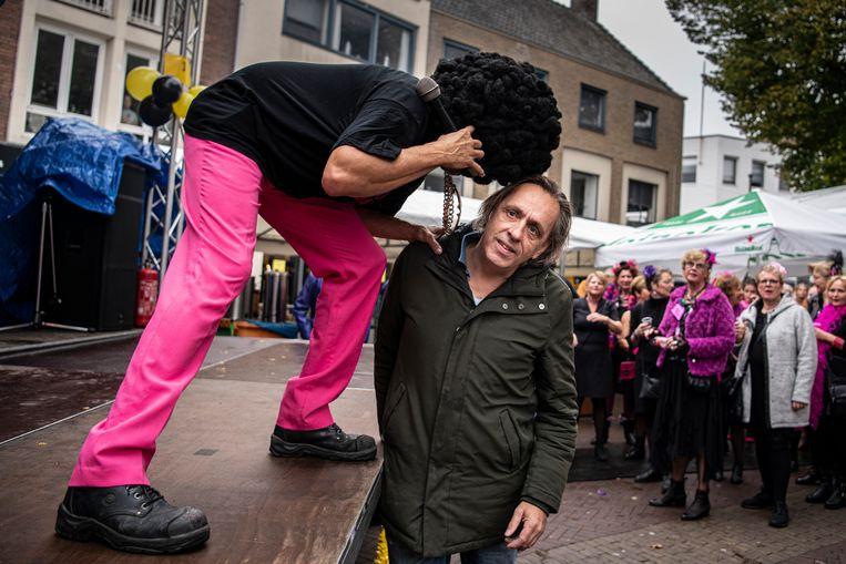 Schrijver Marcel van Roosmalen in gesprek met een gewone Nederlander in Tiel.  Beeld Koen Verheijden