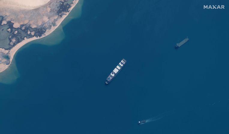 De Ever Given, eind maart vlotgetrokken, in april in een van de Bittermeren nabij het Suezkanaal.  Beeld Tom Williams / AFP
