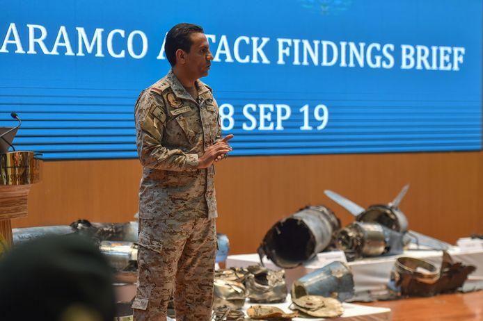 De Saoedische kolonel Turki bin Saleh al-Malki toont de resten van de raketten en drones.