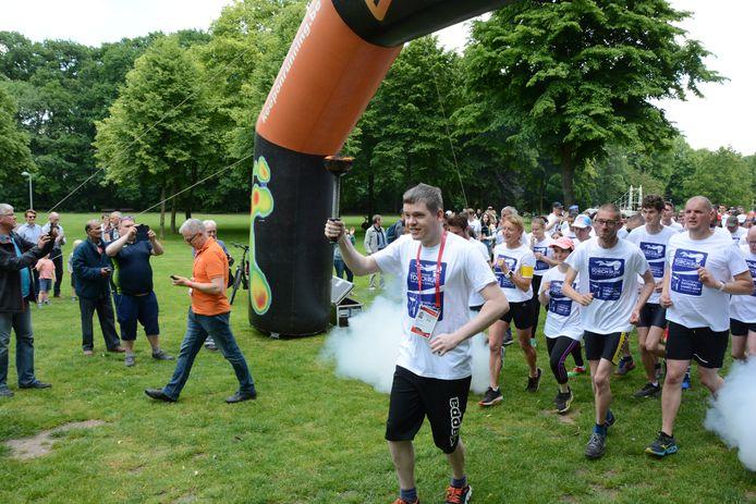 Kristof Jacobs mocht het Olympisch vuur dragen bij de start van de Torch Run.