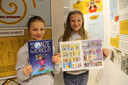 Lone en Yluna tonen trots de strip die ze met hun klasgenootjes gemaakt hebben.