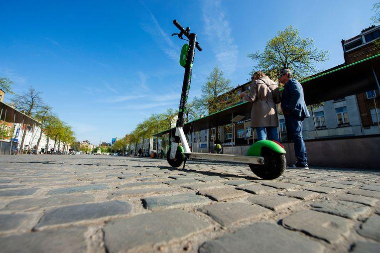 Deelsteps worden vaak midden op trottoirs of pleinen achtergelaten, en hinderen zo voetgangers en fietsers. Beeld Photo News