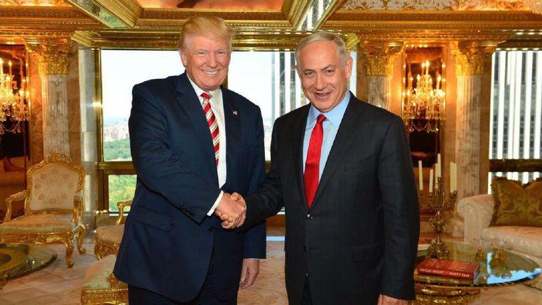 Donald Trump ontvangt premier Netanyahu van Israël in zijn penthouse van 80 miljoen euro.  Beeld EPA