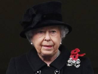 Queen Elizabeth maakt hoofd leeg tijdens wandeling met corgi's, aan vooravond van Philips begrafenis